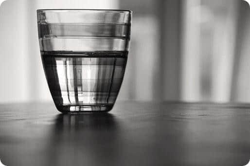 verre à moitié plein ou à moitié vide © Ulisse Albiati